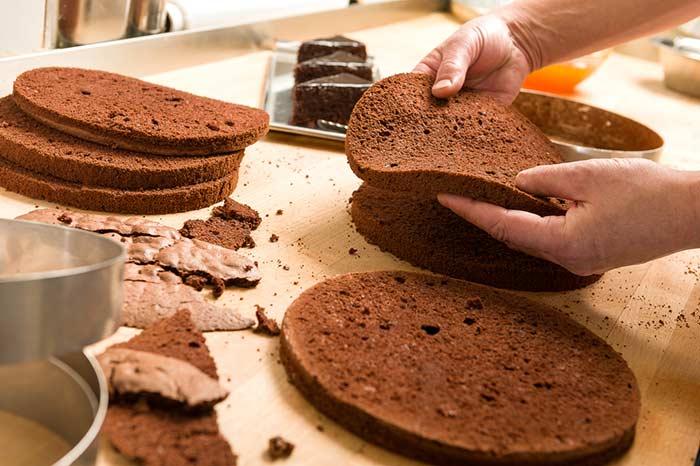 Preparando bolo em camadas