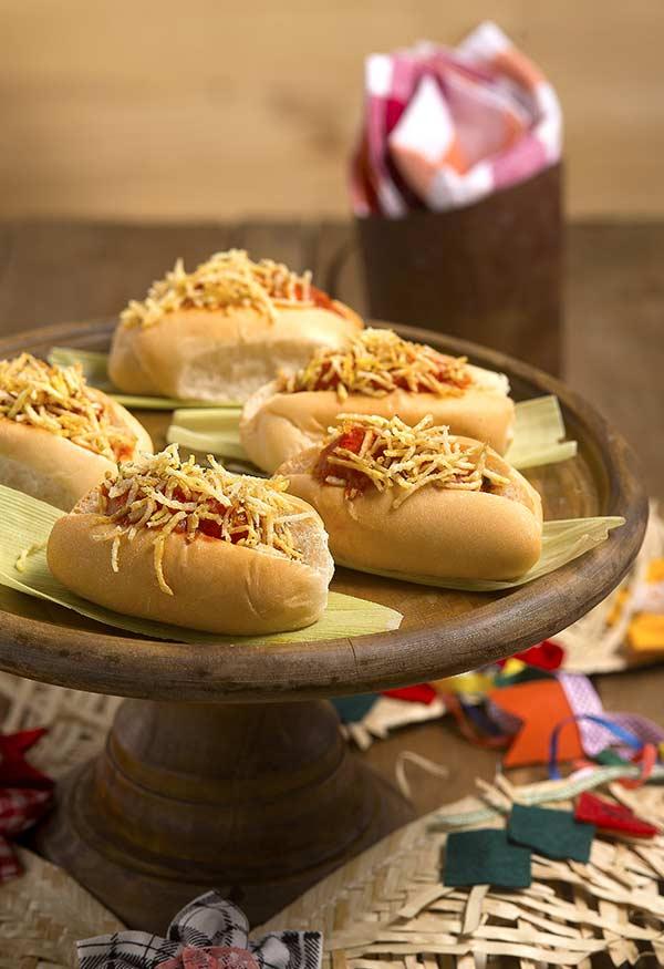 Comidas típicas de festa junina servidas em decoração rústica