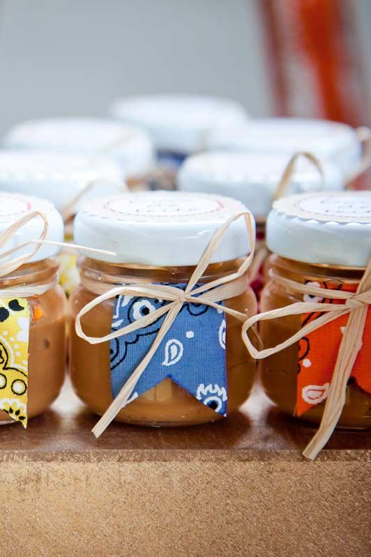Compotas artesanais como lembrancinhas para os convidados da festa junina