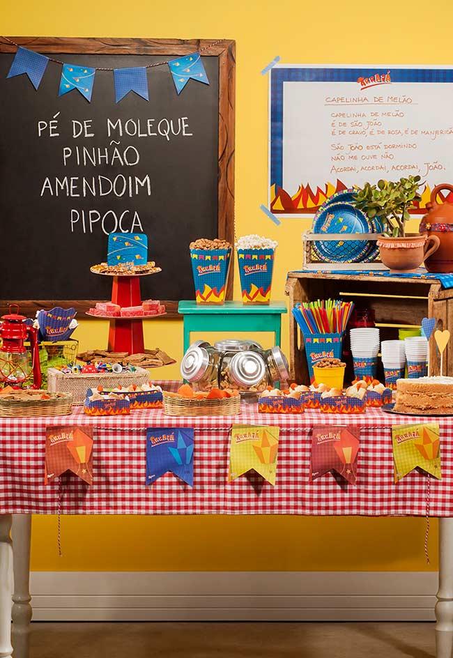Mesa completa com as comidas típicas de festa junina
