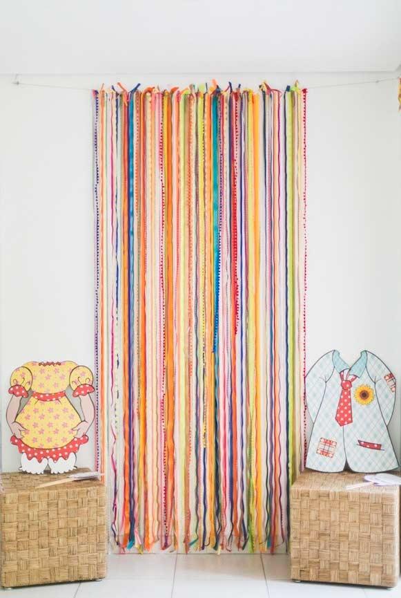 Cortina de fitas coloridas para cobrir portas