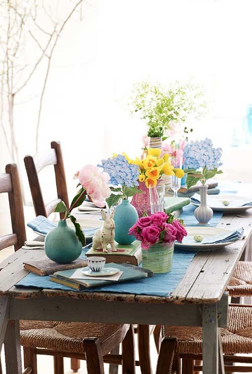 Arranjo de mesa cheio de cores e flores