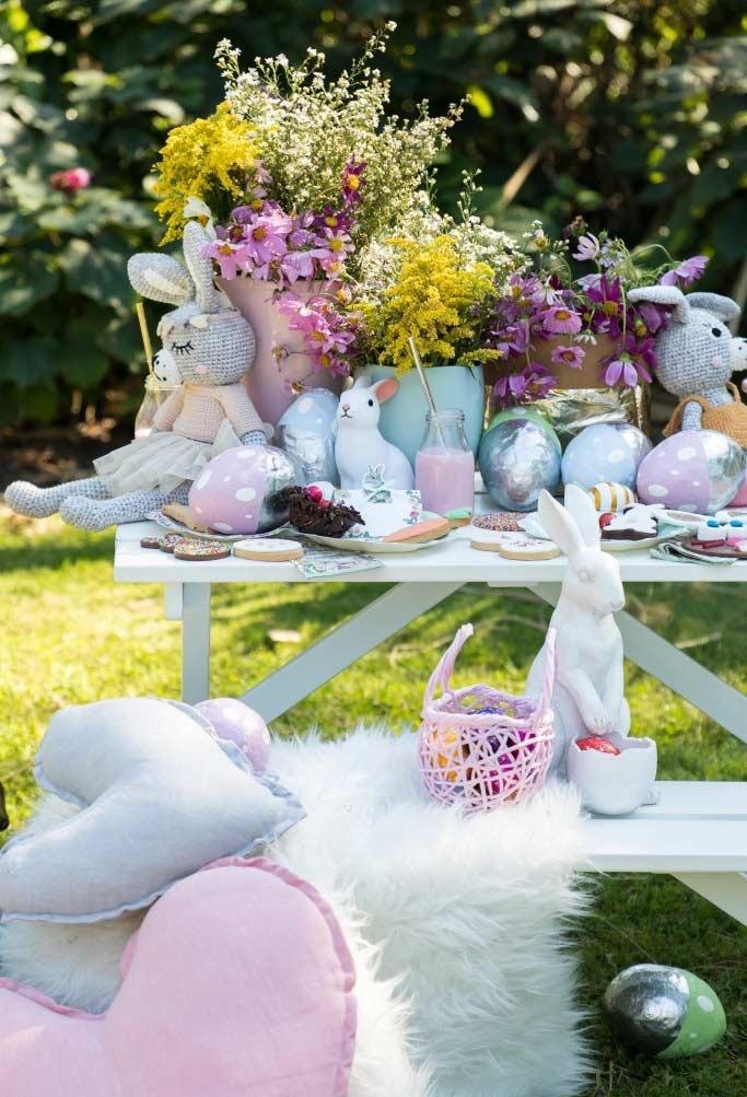 decoração de Páscoa com mesa principal do lado de fora