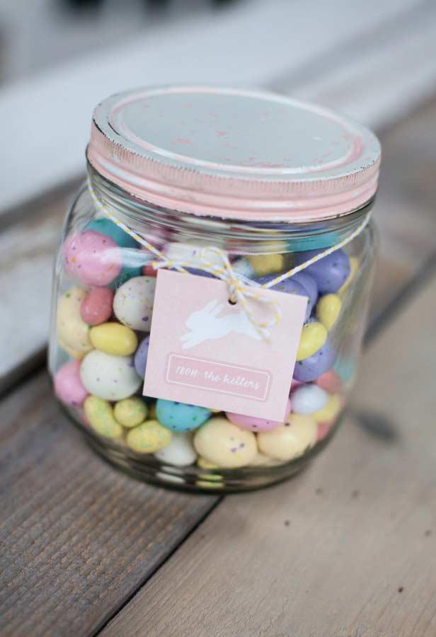 Potinhos de ovinhos coloridos de chocolate