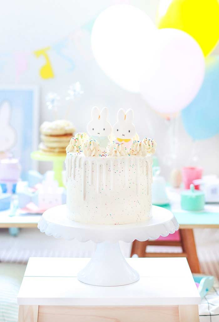 Decore o seu bolo com confeitos coloridos