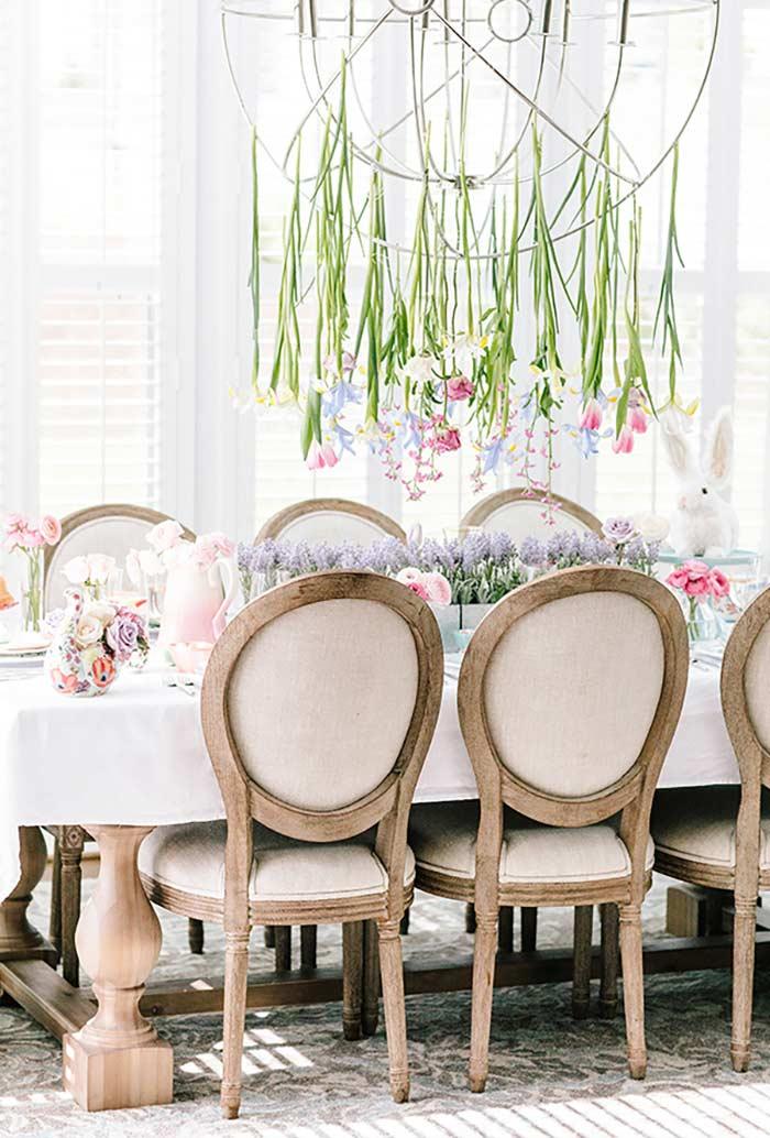 Flores pendentes na mesa de Páscoa