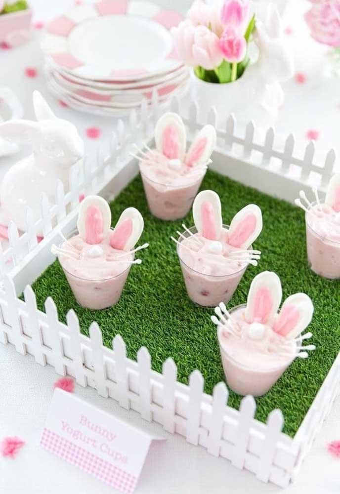 Que cercadinho mais delicioso! A surpresa fica por conta da sobremesa com decoração de festa coelhinho da páscoa.