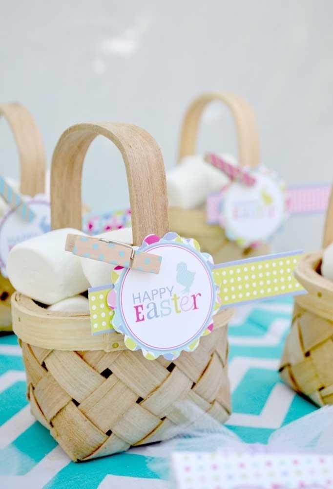 Prepare cestinhas de guloseimas para entregar aos convidados na celebração da páscoa.