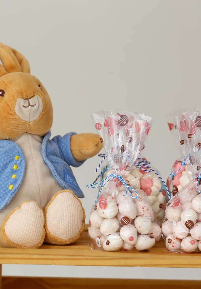 Uma boa opção de decoração de páscoa é encher saquinhos com ovinhos de chocolate.