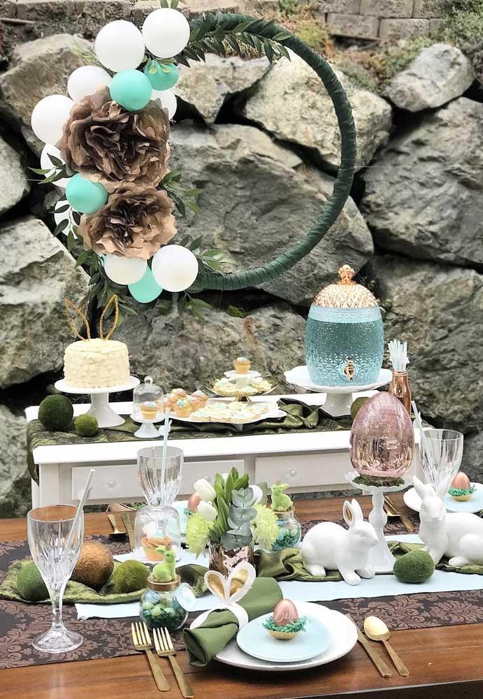 Se você nem pensa em fazer uma decoração de mesa de páscoa simples, se inspire nesse modelo mais sofisticado para surpreender os convidados.