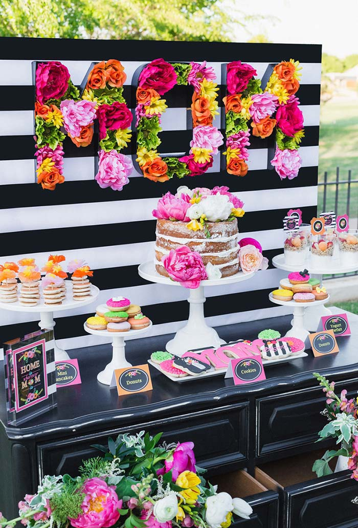 Decoração da mesa do bolo para o dia das mães