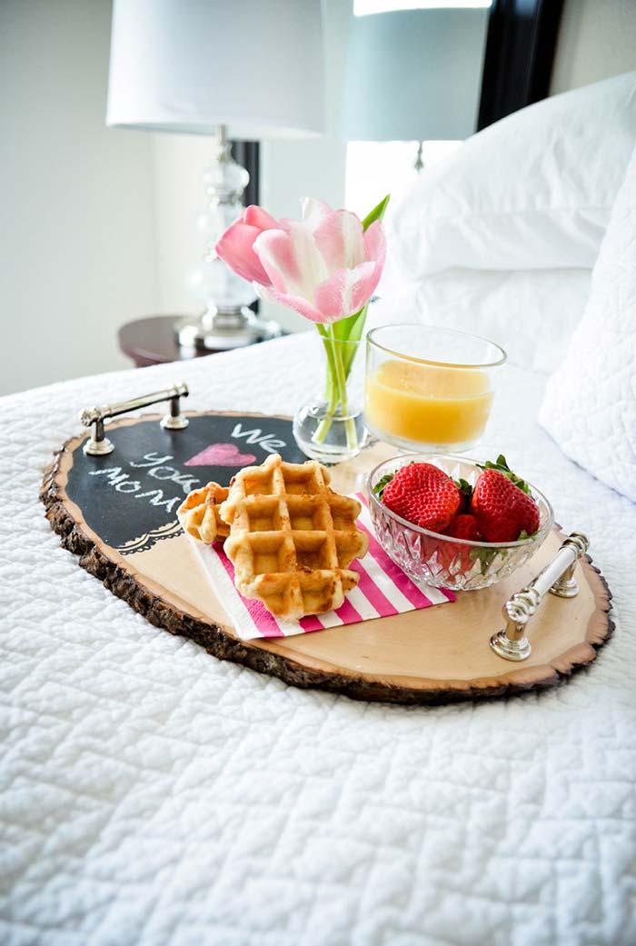 Um café da manhã bem elaborado servido na cama