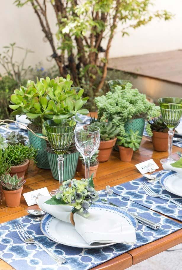 Decoração de mesa dia dos pais com muitas plantinhas