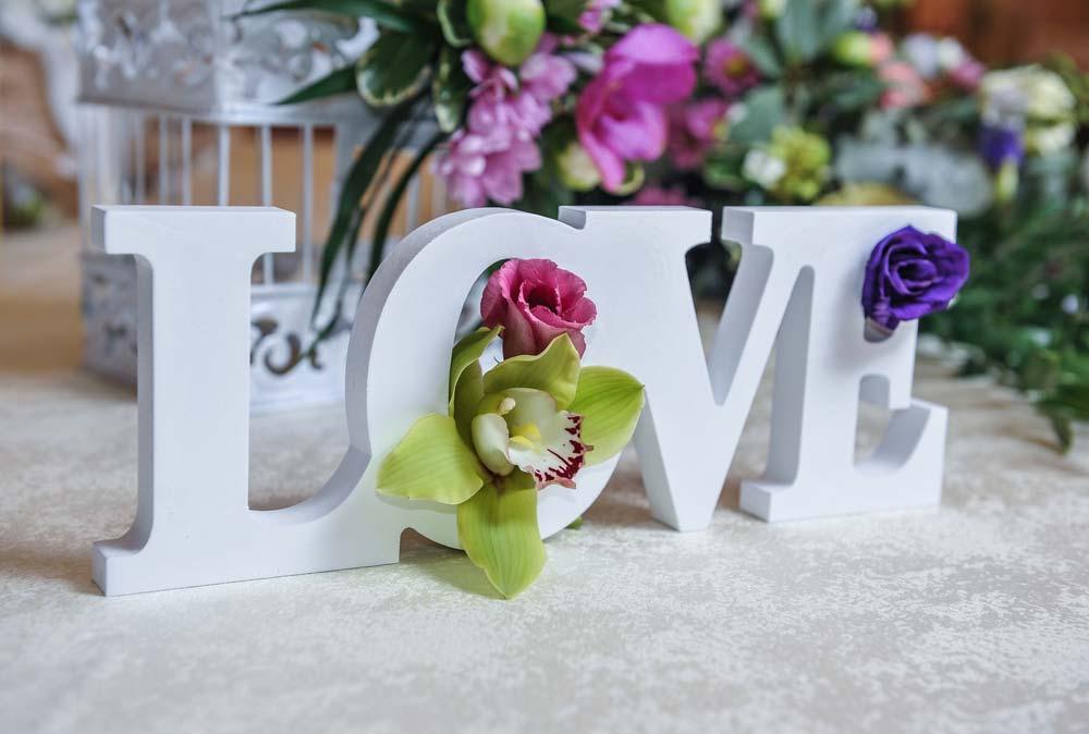 Decoração de festa de noivado romântica
