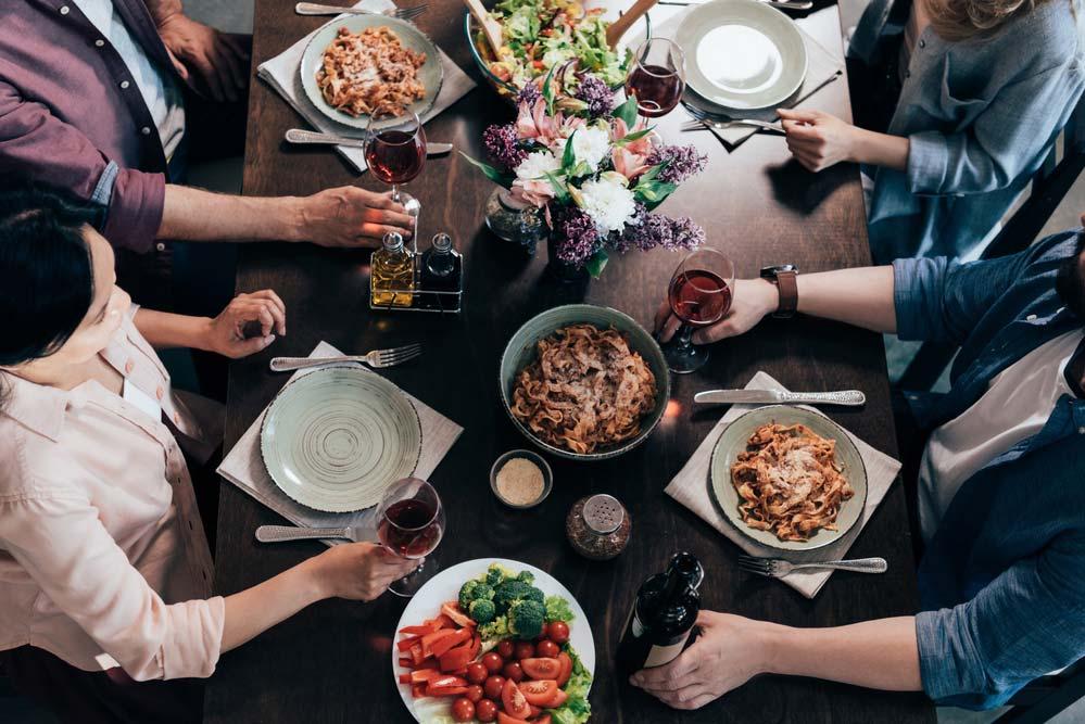 Jantar entre amigos no chá de casa nova