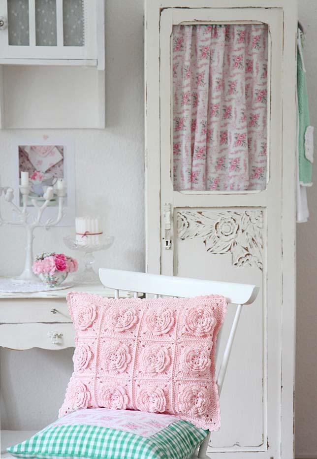 Almofada de crochê rosa com flores
