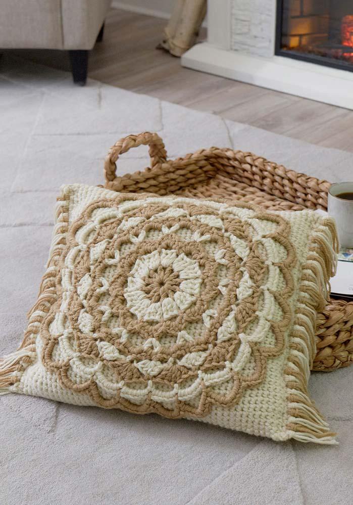 Almofada de crochê duas cores e com franjinhas
