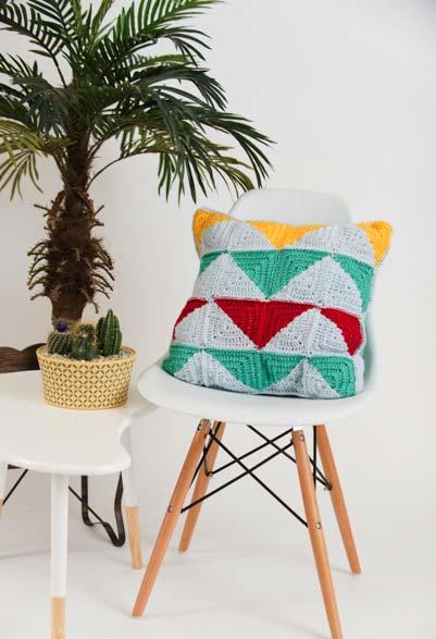 Almofada feita com squares de crochê