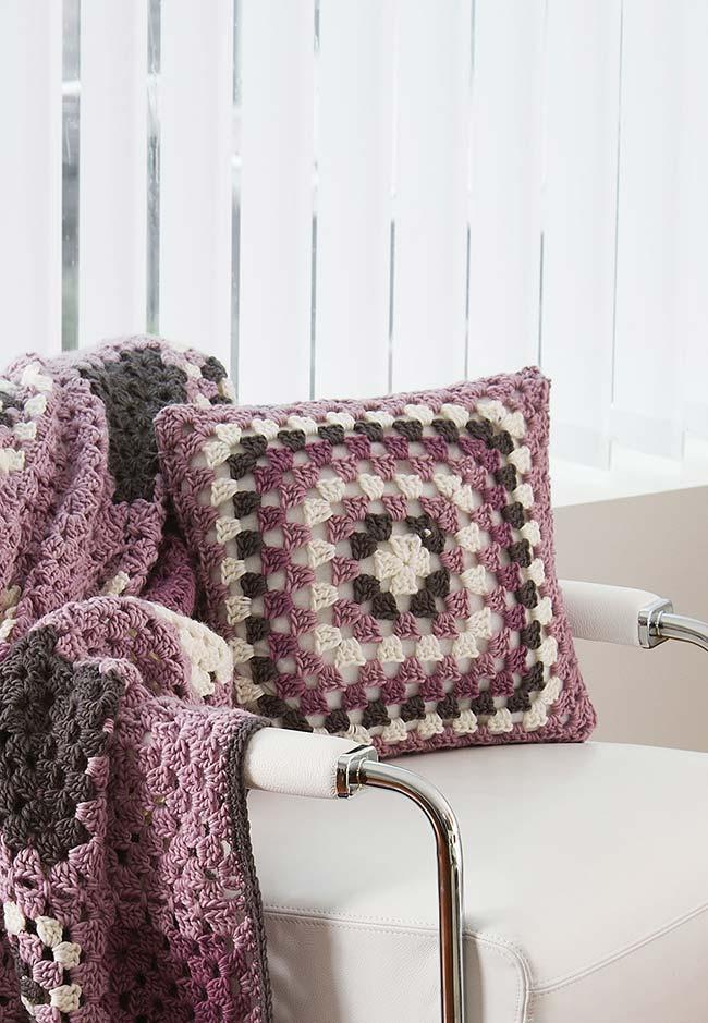 Manta e almofada de crochê combinando nas cores