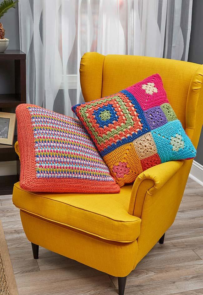 Duas almofadas de crochê bem coloridas