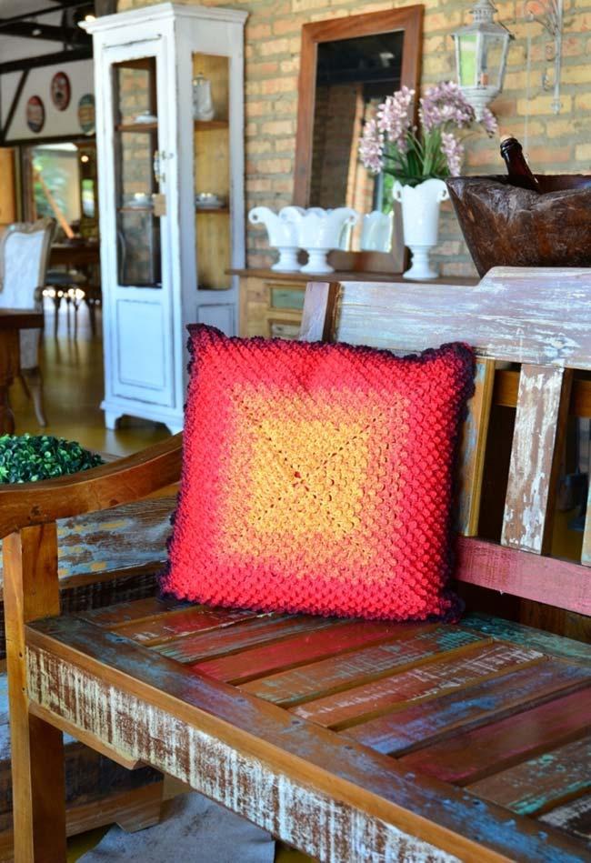 Almofada de crochê com cores quentes