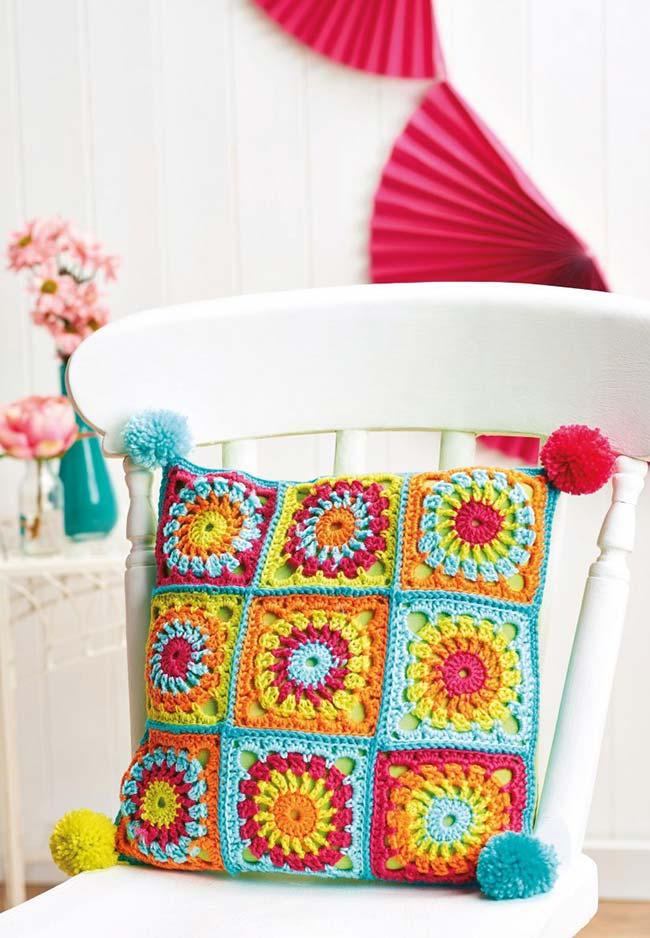 Almofada florida, colorida e com crochê