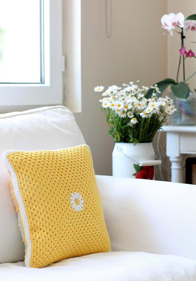 Florzinha branca na almofada de crochê