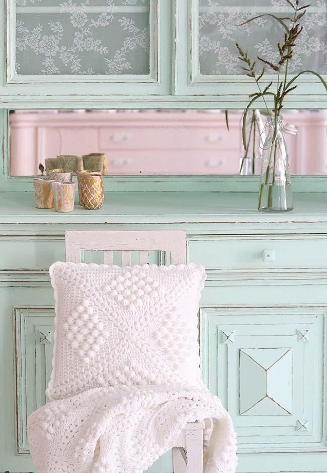 Móveis retrô com almofada de crochê branca