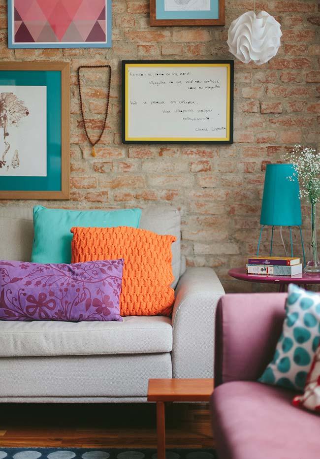 Sala rústica com almofada de crochê