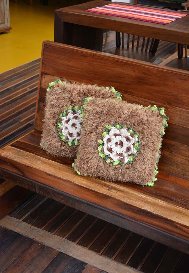Almofada de crochê barroca no banco