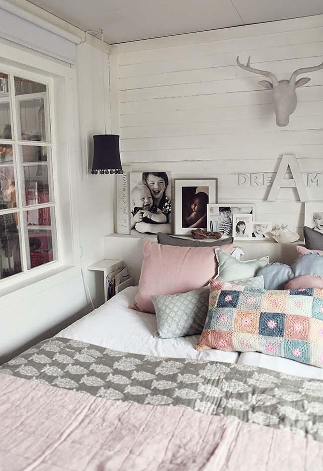 Leve toque de cor na almofada de crochê