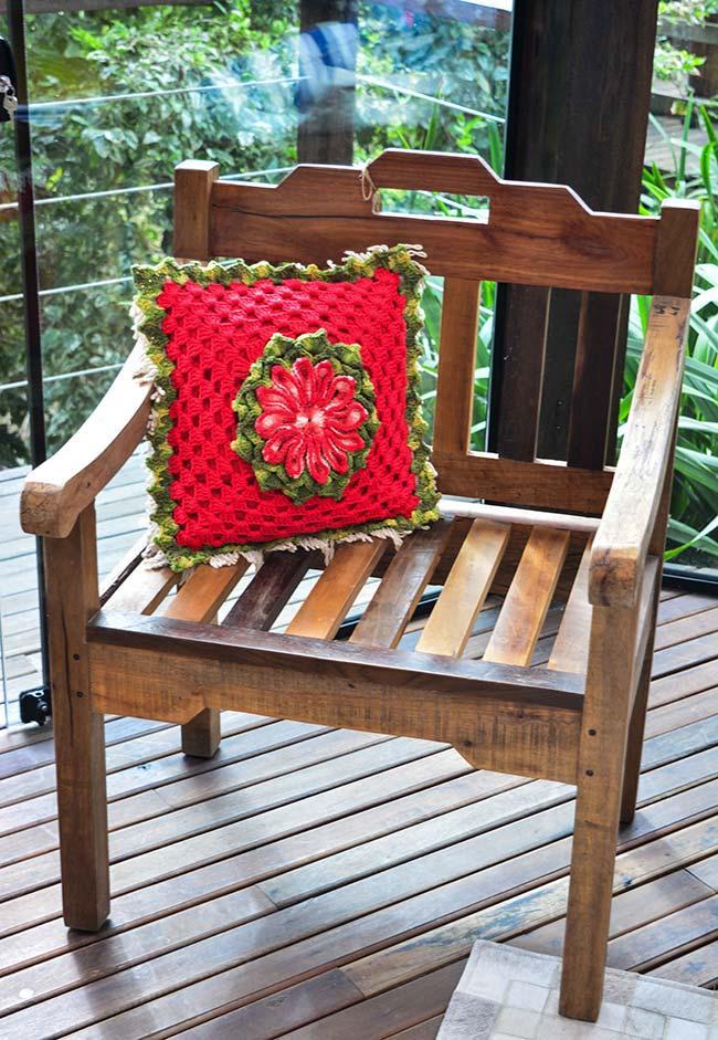 Almofada de crochê com babado e flor central