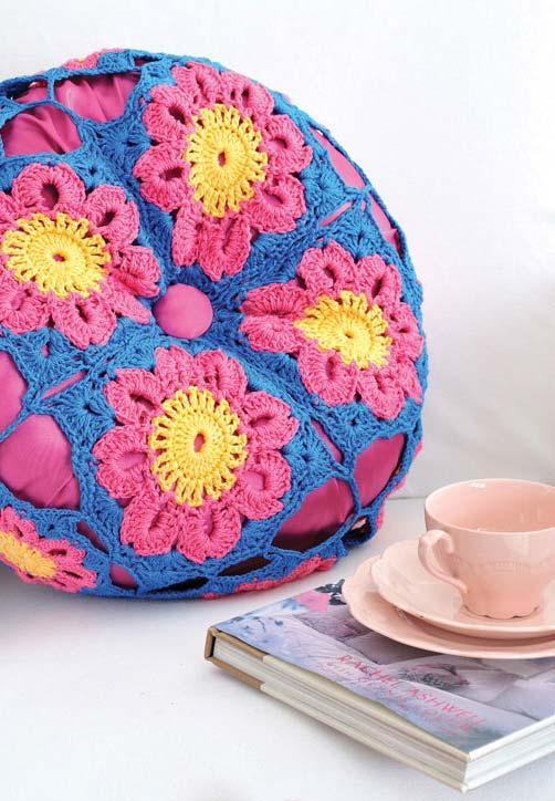 Almofada de crochê redonda com botão no meio