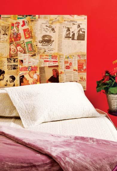 Cabeceira de cama feita com folhas de jornal