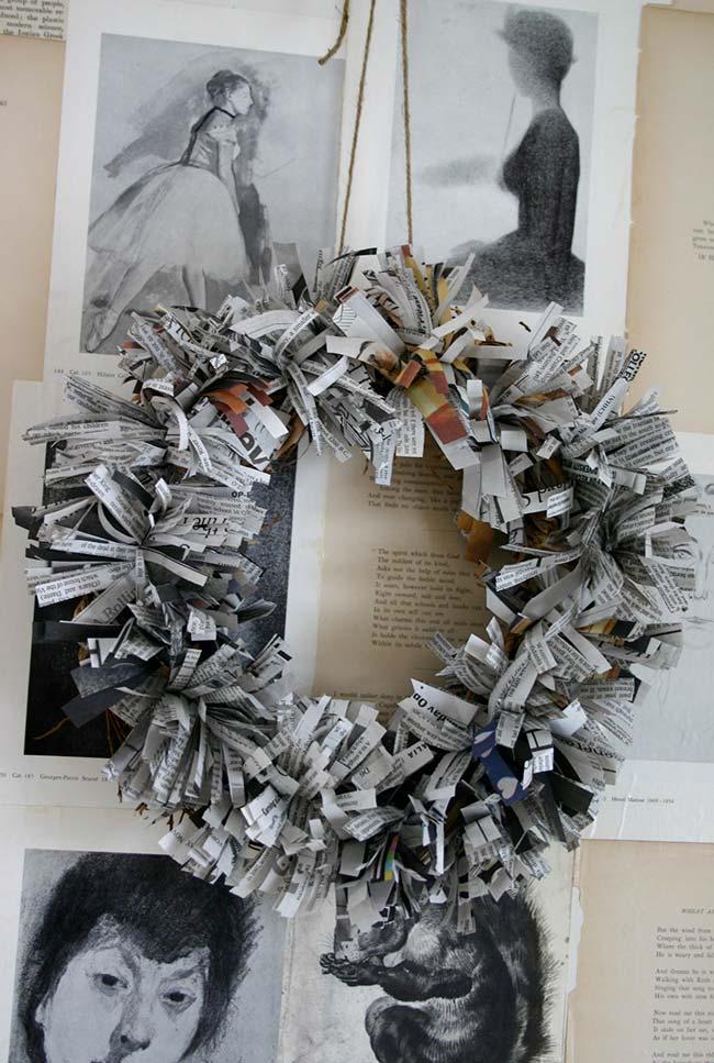 Guirlanda decorativa feita com tiras cortadas de jornal