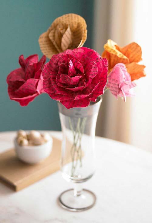 Flores coloridas feitas com jornal
