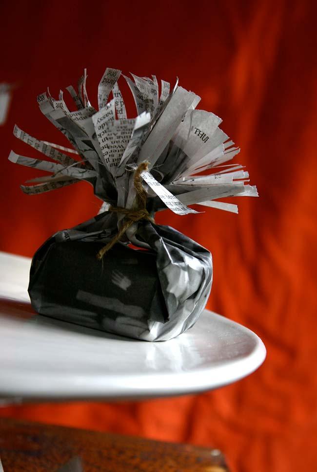 Artesanato com jornal: um arranjo de mesa diferente