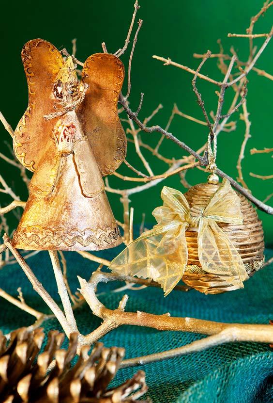 Enfeites de natal feitos de artesanato com jornal