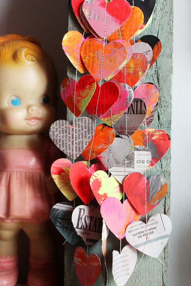 Artesanato com jornal: penduricalho de corações
