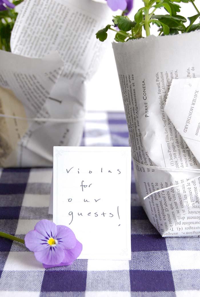 Artesanato com jornal: vasinhos embrulhados com o material