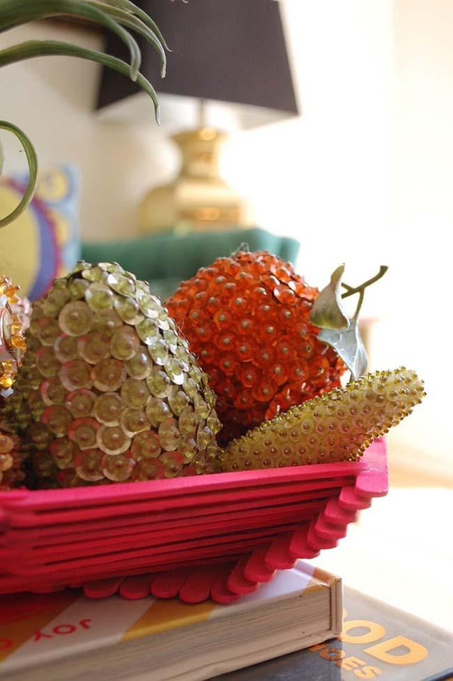 Fruteira cor de rosa feita com palitos de picolé