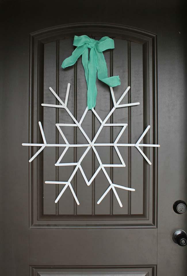 Palitos de picolé formam o floco de neve que enfeita a porta