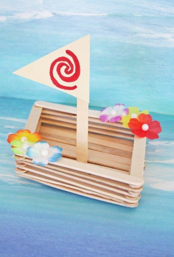 Barquinho de palitos de picolé decorado com florzinhas coloridas
