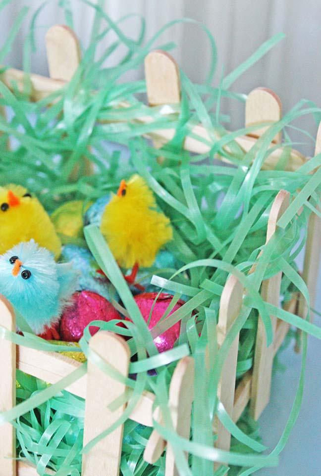 Os palitos de picolé foram usados para formar esse ninho de passarinhos