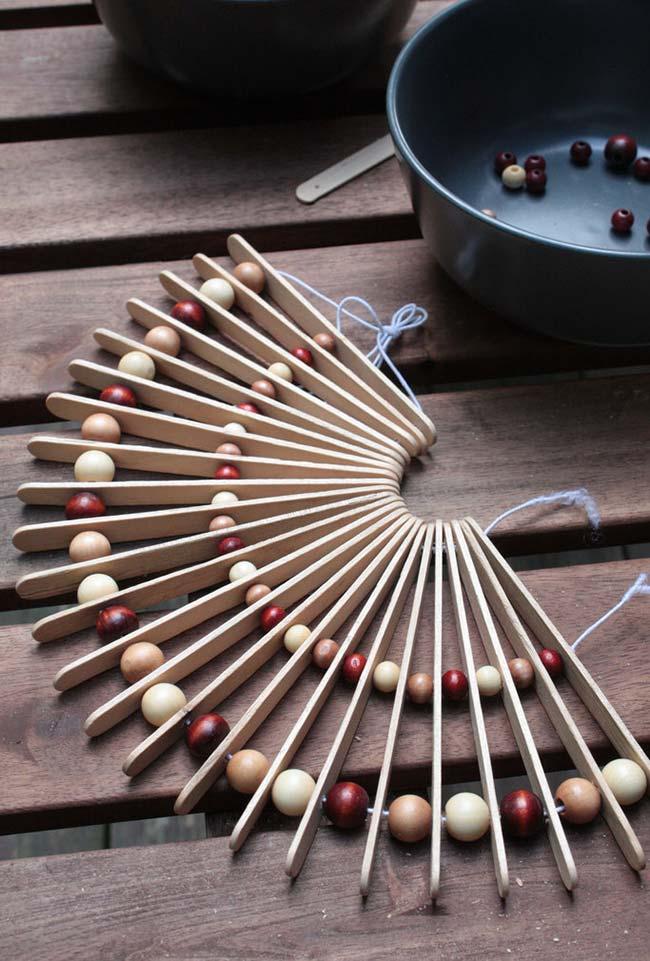 Palitos de picolé e bolinhas de madeira dão vida a um lindo leque
