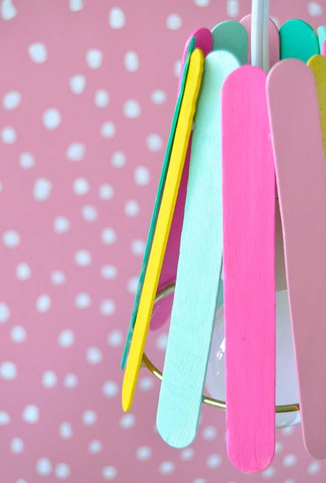 Artesanato com palito de picolé: luminária bem colorida