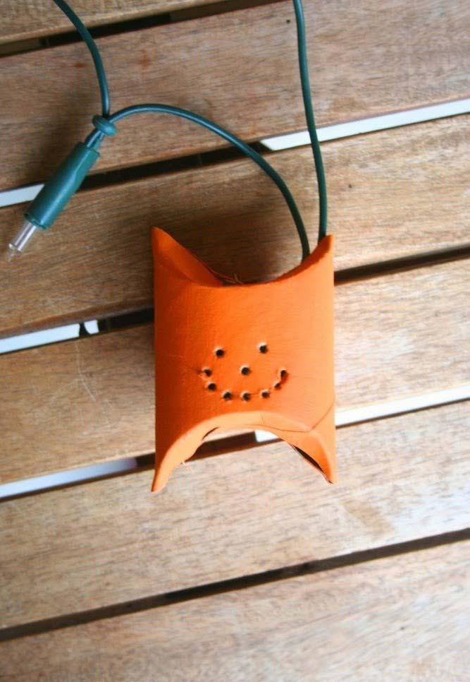 Artesanato com rolo de papel higiênico: luminária para o dia das bruxas