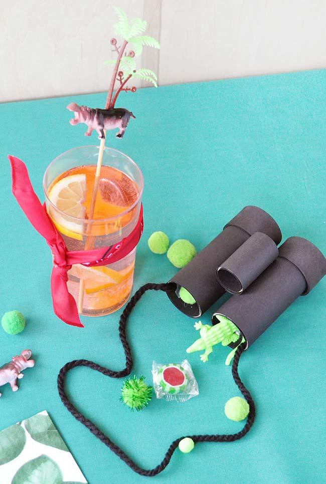 binóculos feitos com rolos de papel-higiênico, cola e cordinhas