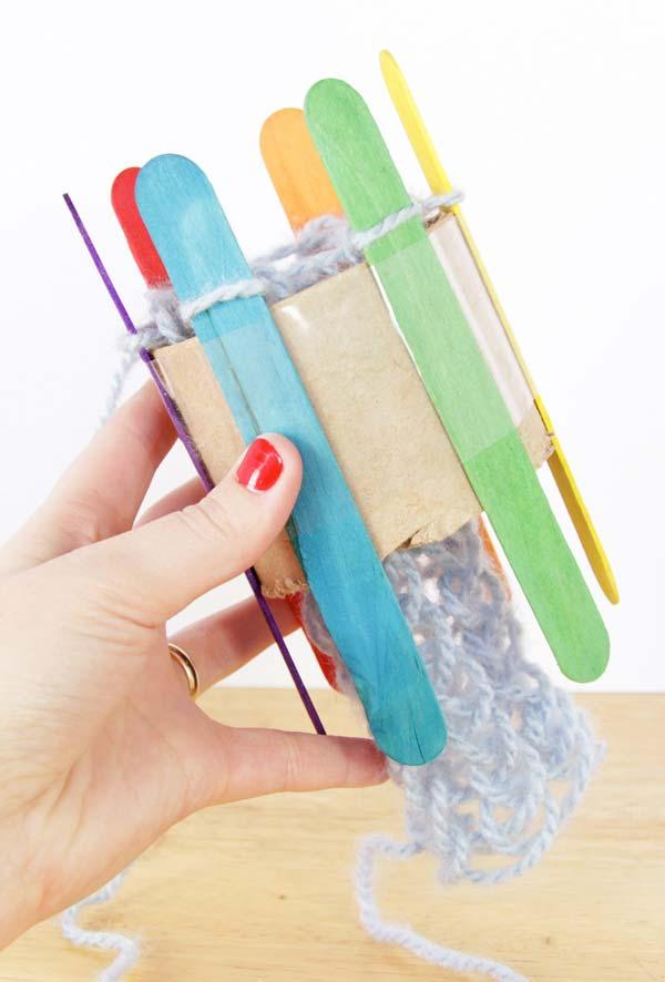 Maquininha de tricô artesanal com rolo de papel-higiênico