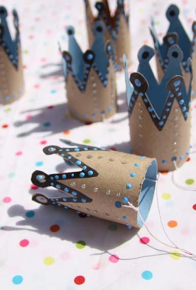 Chapeuzinhos artesanais da realeza com rolos de papel-higiênico